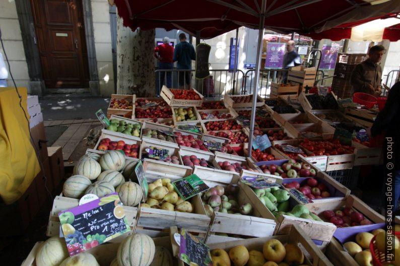 Fruits étalés au marché de Digne. Photo © André M. Winter