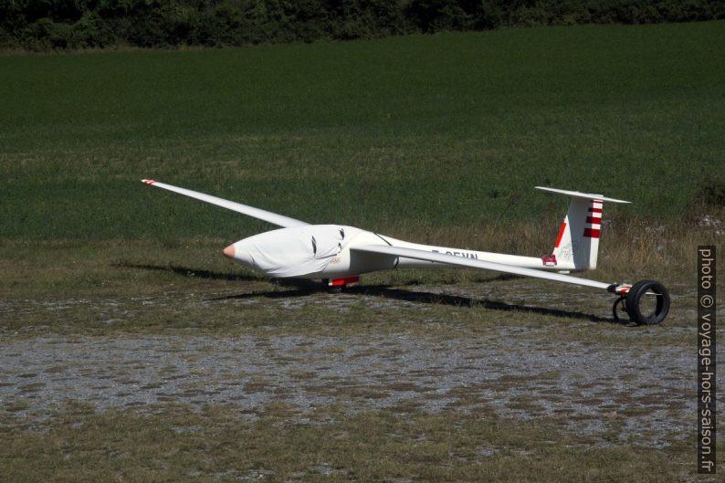 Planeur stationné sur l'aérodrome de Seyne. Photo © André M. Winter