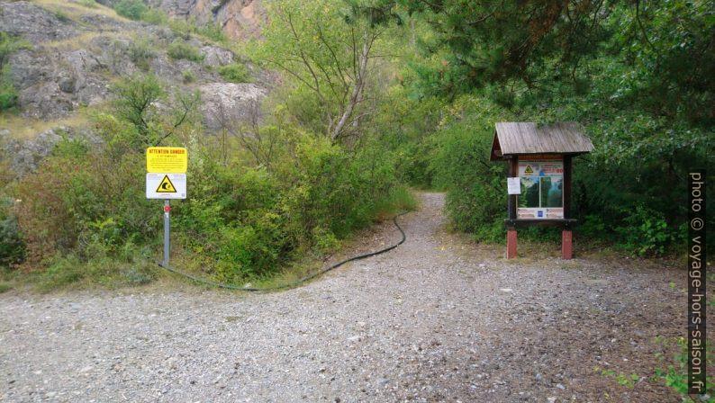 Accès interdit et chemin à gauche. Photo © André M. Winter