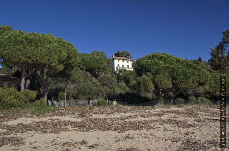 Ancienne villa au-dessus de la Plage du Débarquement. Photo © André M. Winter