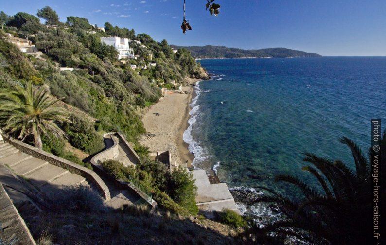 Escalier de la Plage de Sylvabelle, la Villa Couadan et le Cap Lardier. Photo © André M. Winter