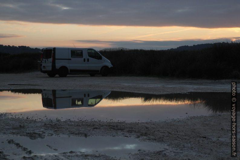 Notre Trafic et son reflet dans une flaque d'eau au parking des Estagnets. Photo © Alex Medwedeff