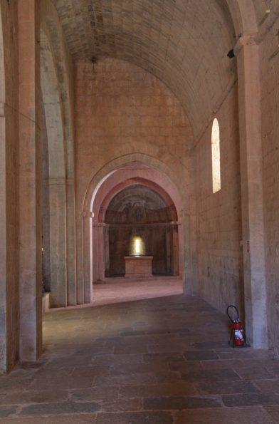 Collatéral et chapelle latérale droite de l'église abbatiale du Thoronet. Photo © André M. Winter