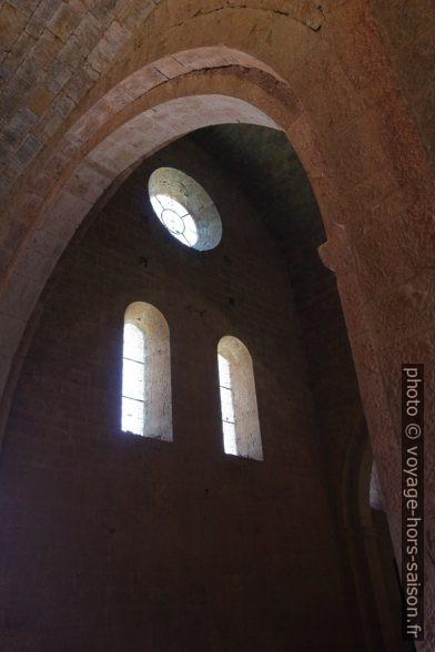 Baies de la face sud de l'église de l'Abbaye du Thoronet. Photo © André M. Winter