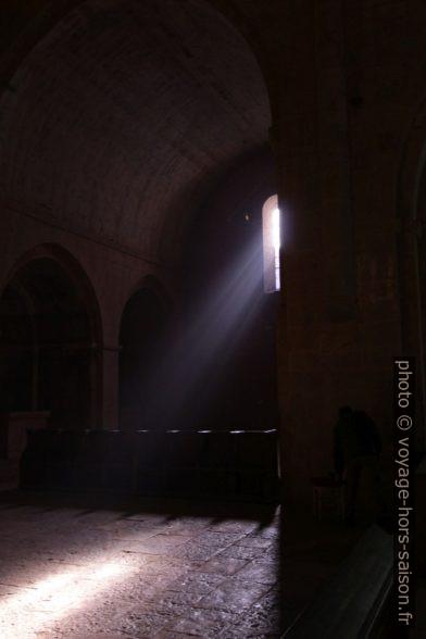 Rayons de lumière passant dans une baie de l'église abbatiale du Thoronet. Photo © André M. Winter