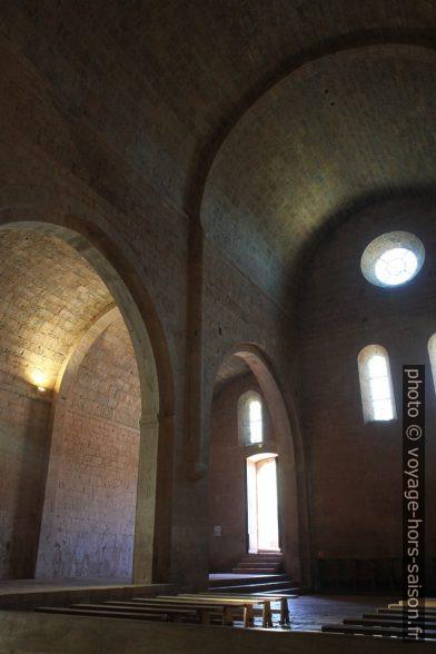 Entrée de l'église abbatiale du Thoronet. Photo © Alex Medwedeff