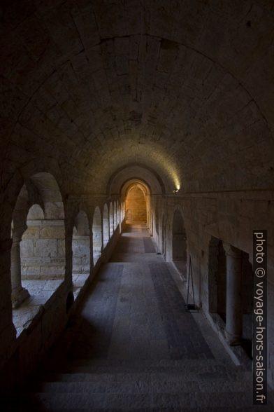 Couloir du cloître de l'Abbaye du Thoronet. Photo © André M. Winter