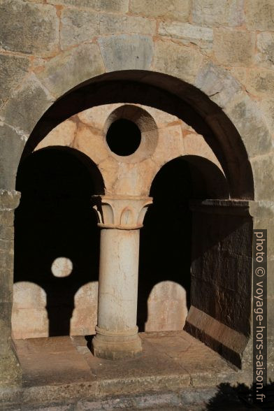Arcade du cloître de l'Abbaye du Thoronet. Photo © Alex Medwedeff