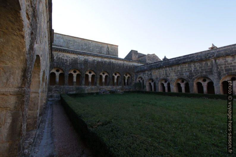 Cloître de l'Abbaye du Thoronet en hiver. Photo © André M. Winter