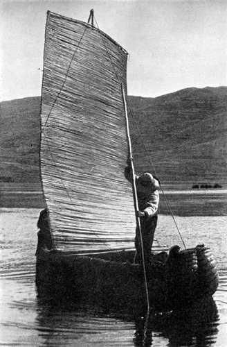 Un bateau balza sur le Lac Titicaca
