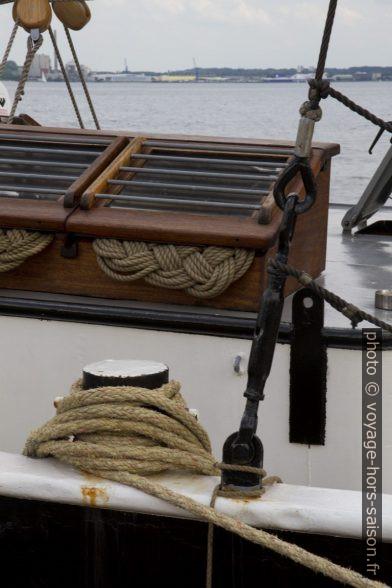 Cordes formées en baderne et une bitte d'amarrage. Photo © Alex Medwedeff