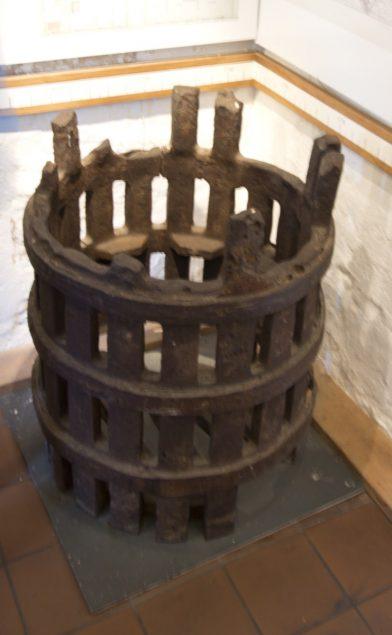 Cage en fonte pour le feu de charbon de l'ancien phare de Lindesnes. Photo © André M. Winter