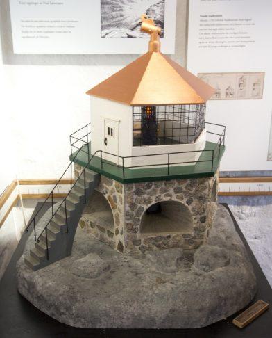 Modèle du phare de feu de charbon couvert de l'ancien phare de Lindesnes. Photo © André M. Winter
