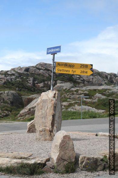 Panneaux indiquant les distances du Nordkapp et de Slettnes Fyr. Photo © Alex Medwedeff
