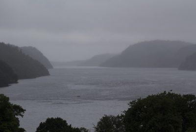 Le Rosfjord sous la pluie. Photo © André M. Winter