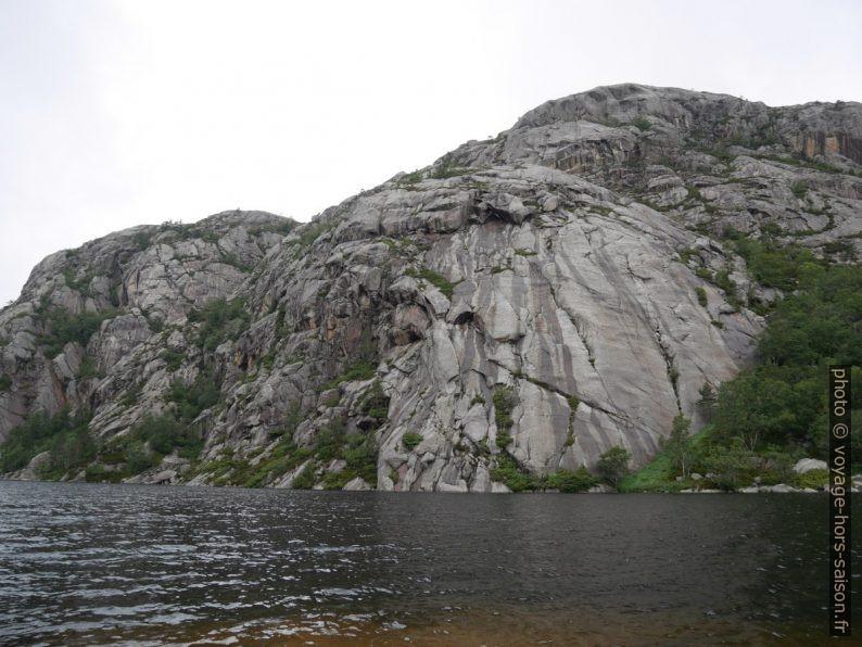Rochers de la rive nord du lac Langevatnet. Photo © Nicolas Medwedeff
