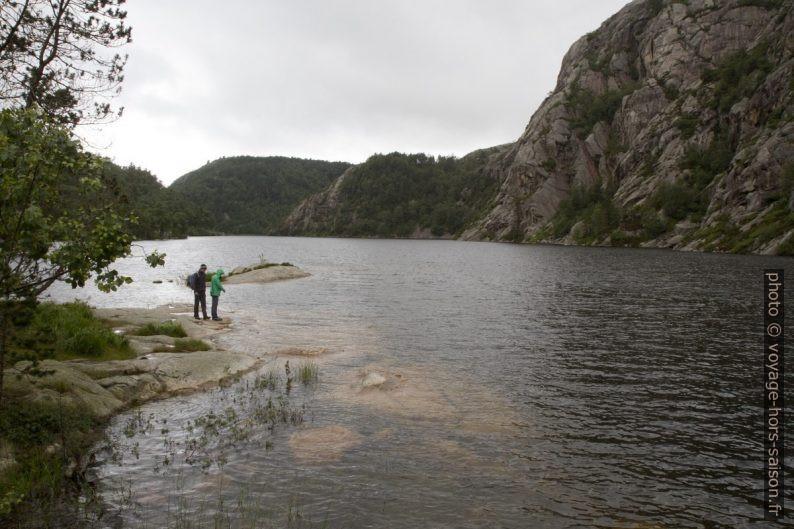 André et Nicolas au bord du lac Langevatnet. Photo © Alex Medwedeff