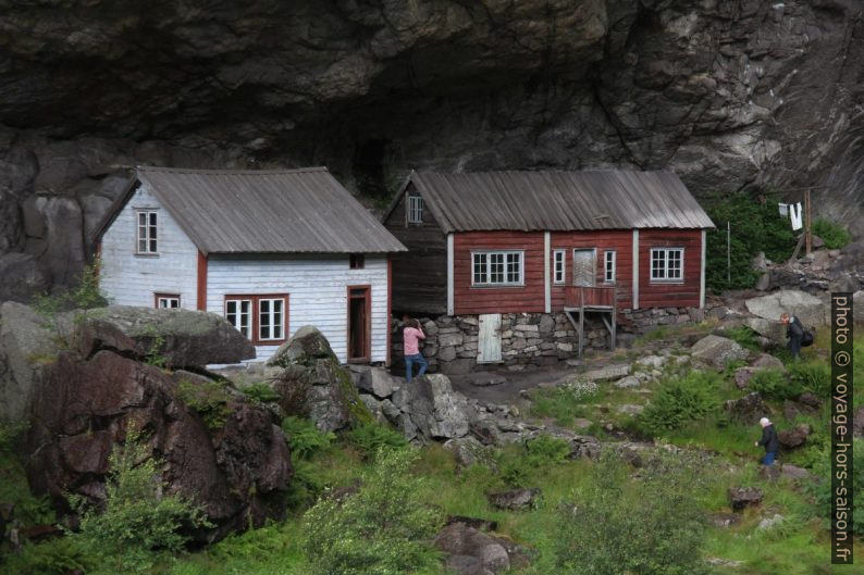 Les deux maisons de Hellern sous le surplomb. Photo © André M. Winter