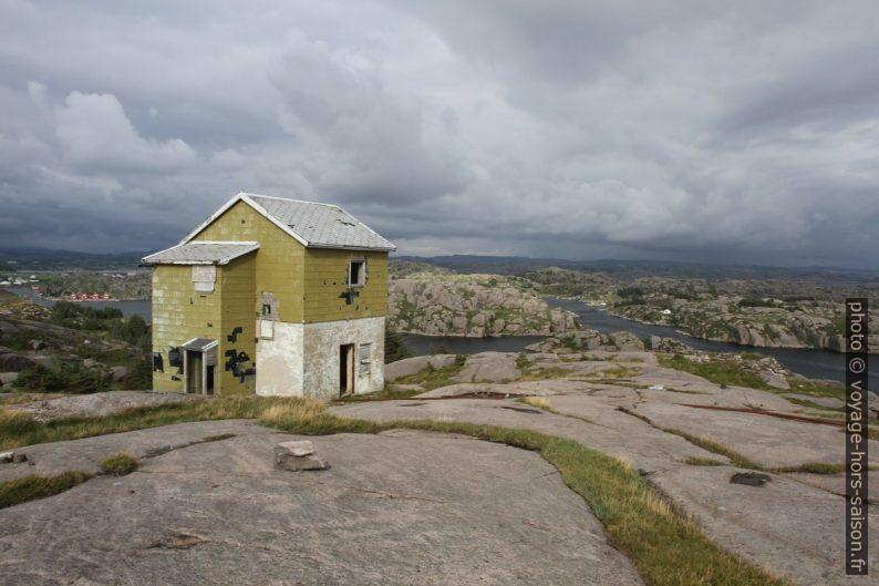 Maison en ruine sur les rochers rabotés par les glaciers. Photo © Alex Medwedeff