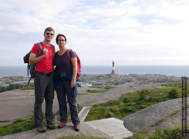 André, Alex et le phare d'Eigerøy. Photo © Nicolas Medwedeff