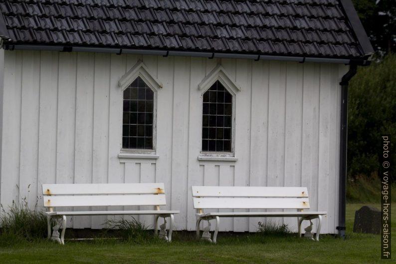 Bancs près de la chapelle de Varhaug. Photo © André M. Winter