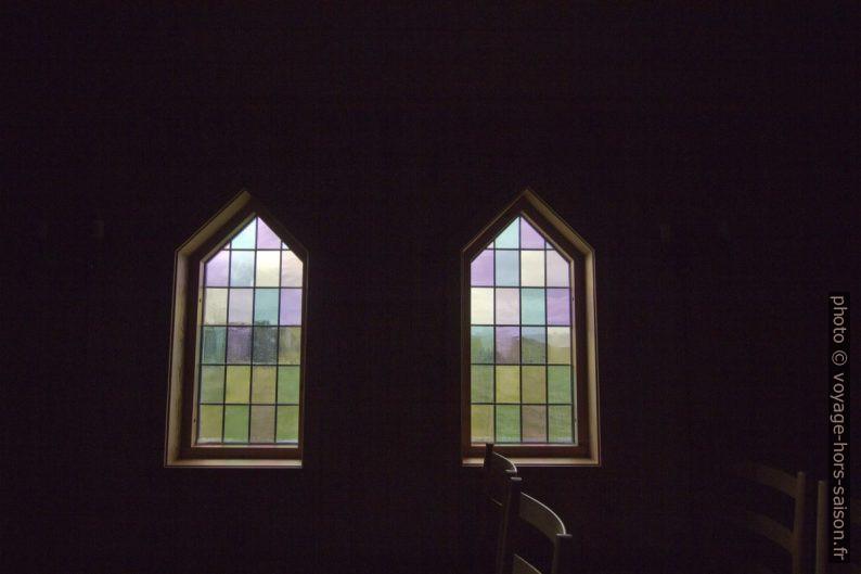 Vitraux clairs de la chapelle de l'ancien cimetière de Varhaug. Photo © André M. Winter