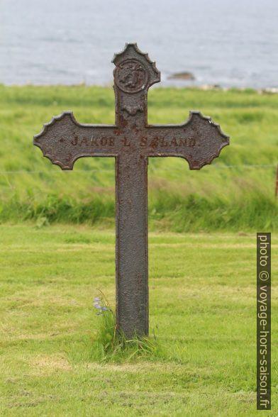Croix tombale de Jakob L. Sæland. Photo © André M. Winter