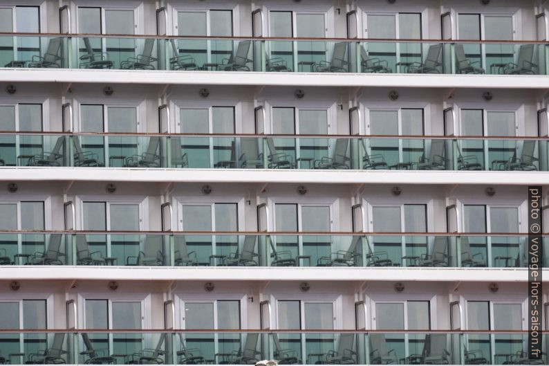 Motif répetitif des balcons de cabines du P&O Britannia. Photo © André M. Winter