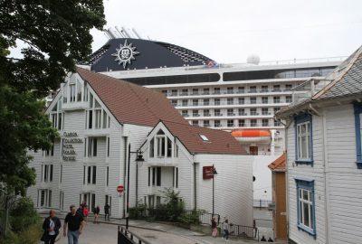 Maisons de Stavanger et le grand navire MSC Musica