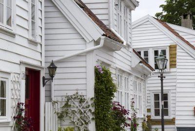 Maison peintes en blanc de Gamle Stavanger. Photo © Alex Medwedeff