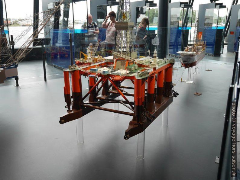 Modèles de plateformes pétrolières. Photo © Nicolas Medwedeff