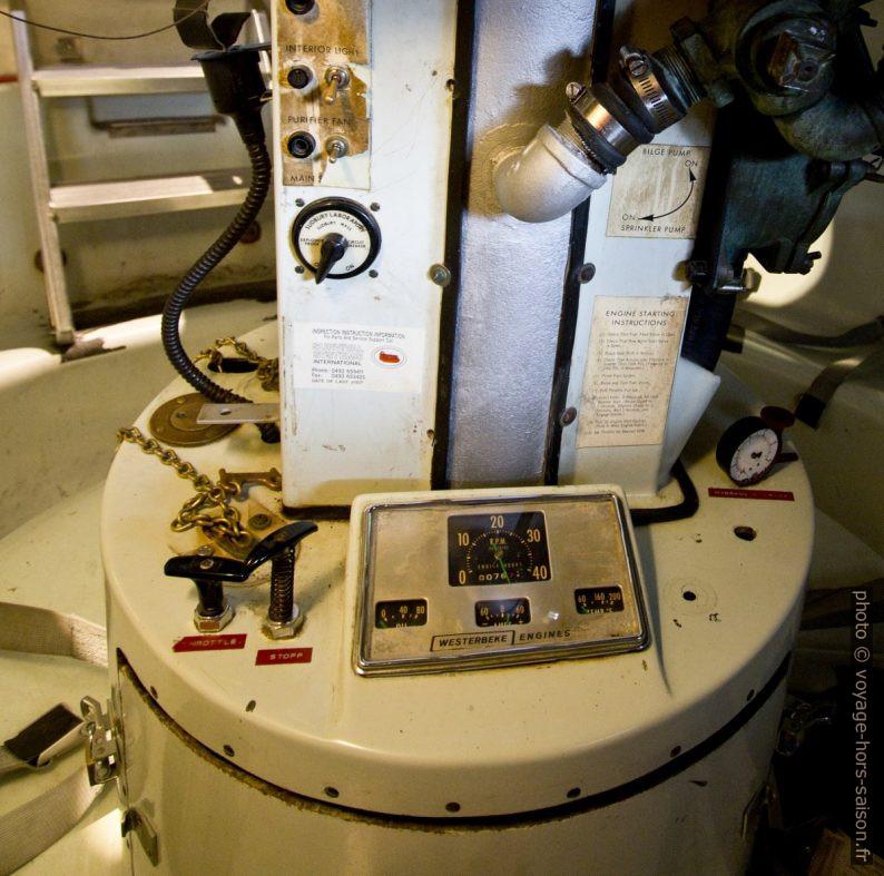 Instruments de la colonne centrale d'une embarcation de sauvetage circulaire. Photo © André M. Winter