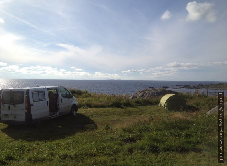 Notre trafic et la tente en front de mer. Photo © Alex Medwedeff