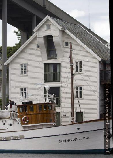 Entrepôt réhabilité en habitation sous la Risøya Bru. Photo © André M. Winter