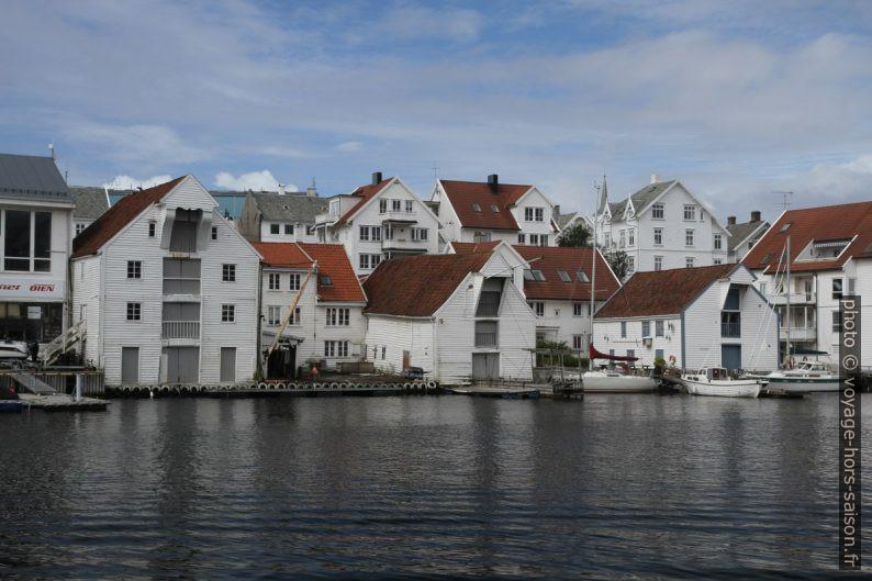 Anciens entrepôts réhabilités sur les bords de l'île Risøya. Photo © Alex Medwedeff