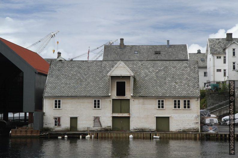 Ancien entrepôt sur les bords de l'île Risøya. Photo © Alex Medwedeff