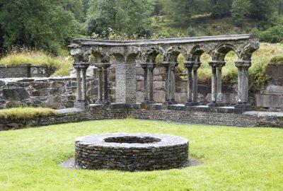 Restes du cloître de l'Abbaye de Lyse. Photo © Alex Medwedeff
