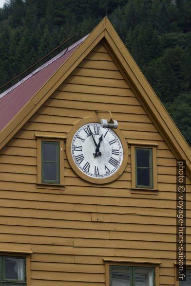 Fronton d'une maison de Bryggen avec horloge. Photo © André M. Winter