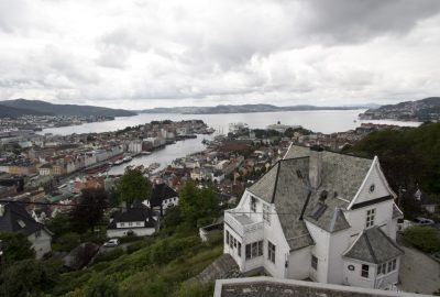Bergen vu de sous Fløyen. Photo © André M. Winter