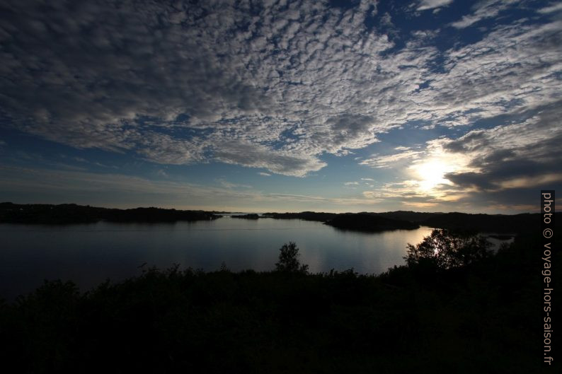 Baie Skogsosen le soir. Photo © André M. Winter