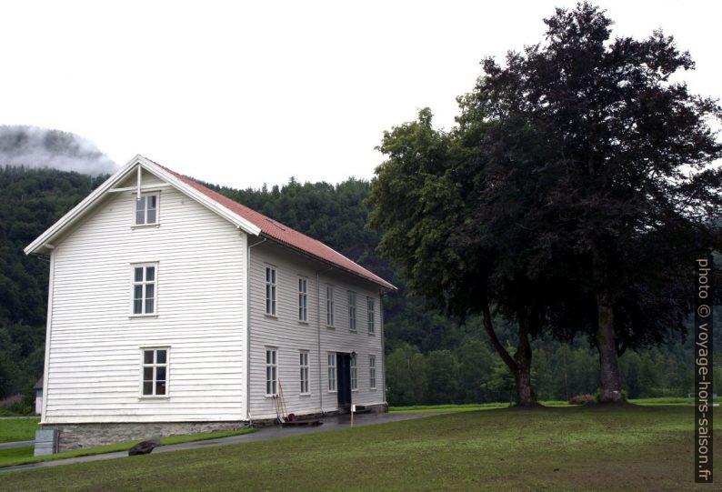 Une maison de Mo videregående skole. Photo © Alex Medwedeff