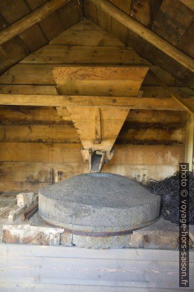 L'intérieur d'un des petits moulins à blé sur le ruisseau de Keila. Photo © Alex Medwedeff