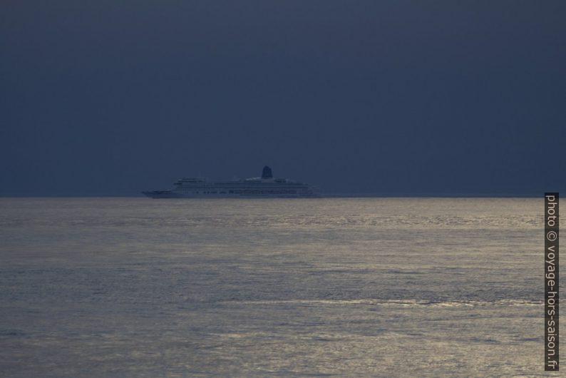 Un grand navire de croisière passe au large. Photo © André M. Winter