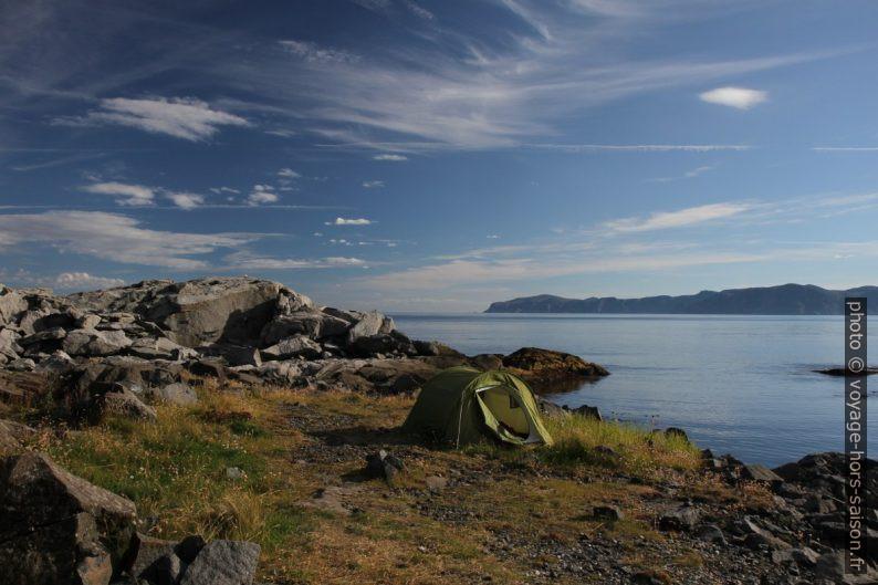 La tente au Cap Solveggen au soleil matinal. Photo © Alex Medwedeff