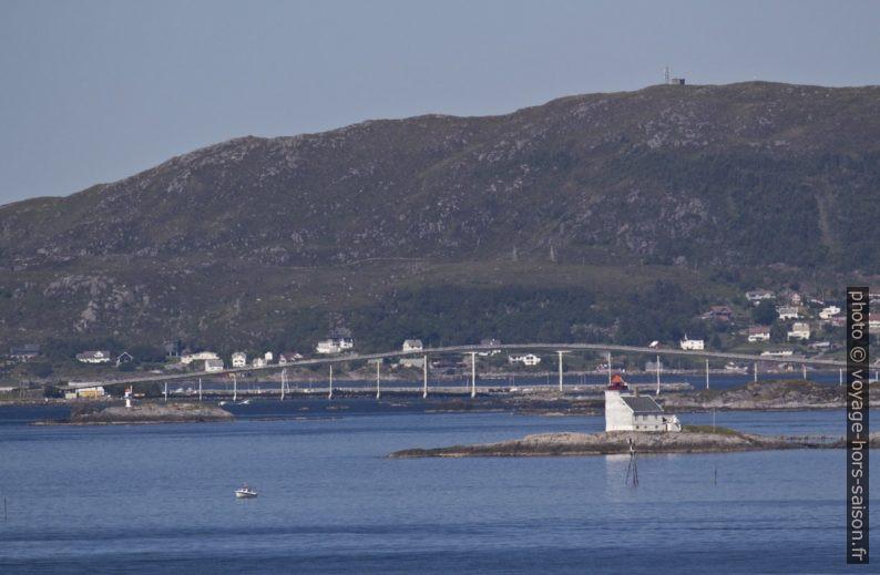 Flåvær Fyr et le pont sur Ingesundvaulen. Photo © André M. Winter
