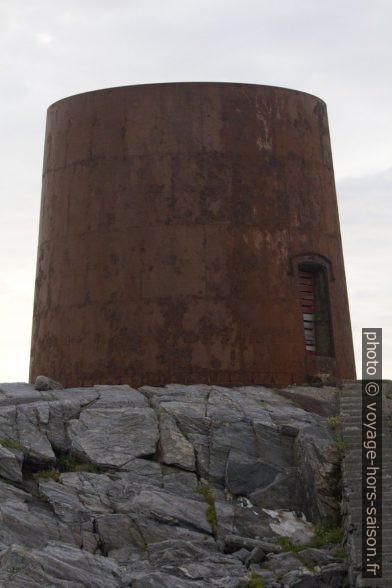 Ancienne base du phare de Runde. Photo © André M. Winter