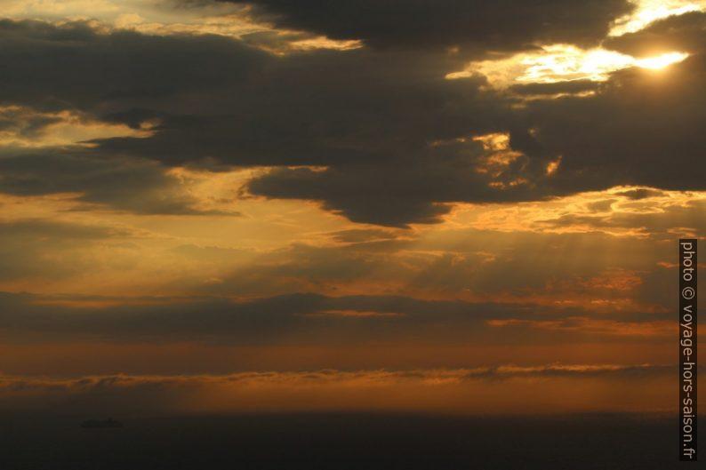 Coucher de soleil derrière les nuages. Photo © André M. Winter