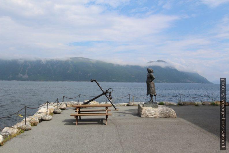 Ancienne ancre et statue de femme qui attend. Photo © André M. Winter