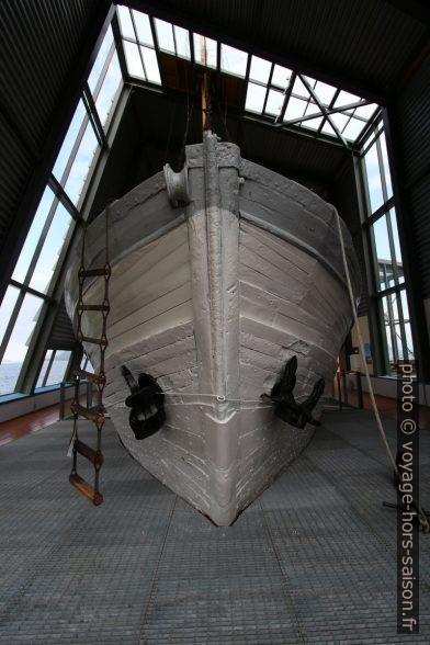 Coque en bois du navire polaire Aarvak vu du côté étrave. Photo © André M. Winter