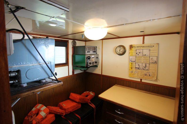 Cabine radio du navire polaire Aarvak. Photo © André M. Winter
